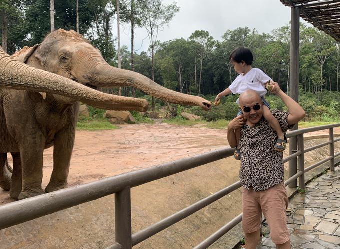 Các con của Quốc Thuận rất thích được bố cho đi sở thú và tiếp xúc gần gũi với những loài động vật như voi, hươu cao cổ...