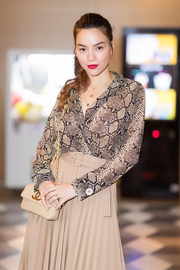 Cuối năm 2019, Hồ Ngọc Hà có nhiều hoạt động nghệ thuật. Cô vừa ra mắt MV Bức thư để lại và ngồi ghế nóng chương trình Gương mặt thân quen 2019.