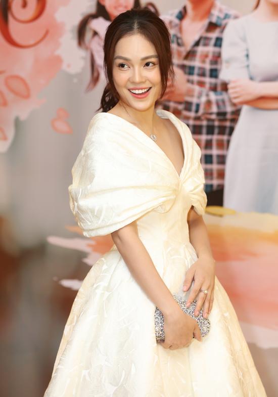 Dương Cẩm Lynh thể hiện vai cô chủ tiệm ăncó số phận truân chuyên, chồng cờ bạc đi tù, hôn nhân đổ vỡ cô phải một mình nuôi con.