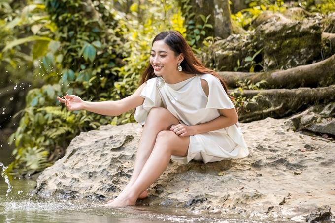 Trong video tự giới thiệu, Thùy Linh thể hiện khả năng nói tiếng Anh trôi chảy. Hiện cô theo học trường Đại học Ngoại thương và từng đạt chứng chỉ IELTS 7,5.