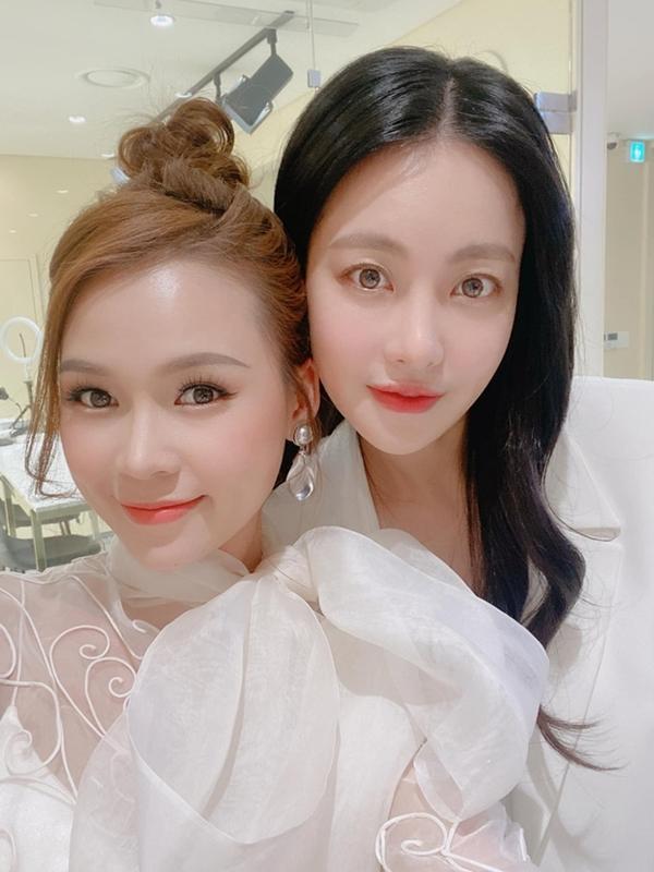 Sam chụp ảnh kỷ niệm cùng Oh Yeon Seo. Chị ấyrất thân thiện và đáng yêu. Tuy lần đầu gặp nhau,Samấn tượng bởi sự chuyên nghiệp từ Oh Yeon Seo, Sam bày tỏ.