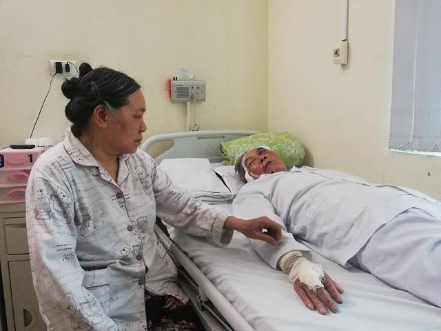 Bà Thơm luôn túc trực bên giường bệnh của chồng. Ảnh: Nguyễn Ngoan