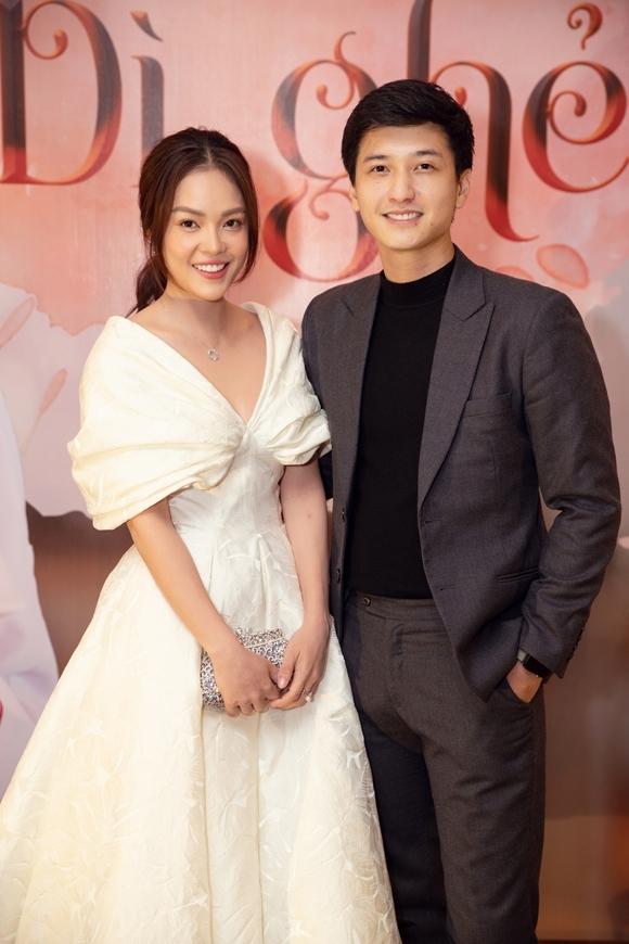 Huỳnh Anh sánh vaiDương Cẩm Lynh tại buổi họp báo phim Tiệm ăn dì ghẻ hôm 13/11.