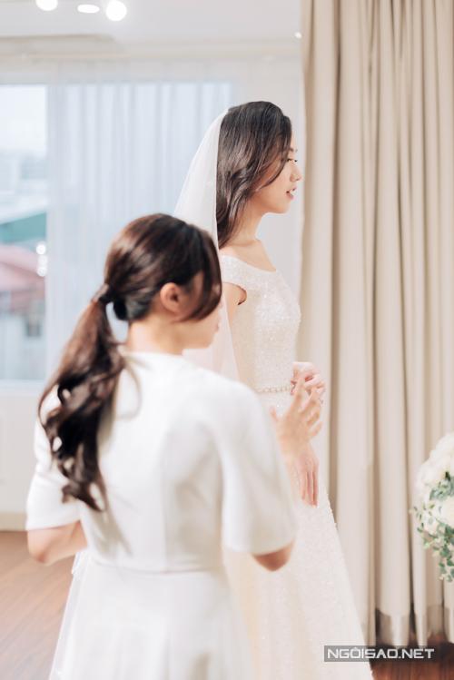 Vì khoảng cách địa lý, Mie trao đổi với nhóm thiết kế về váy cưới hoàn toàn qua mạng. Khi đã nhất trí được ý tưởng về váy cưới chữ A, cổ thuyền, nhóm thiết kế đã dành ra 10 giờ đồng hồ để cắt dựng phom dáng, tốnhơn 200 giờ đồng hồ nữa để hoàn thiện đính kết trên bề mặt váy.