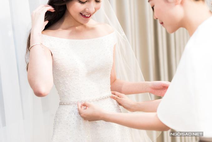 Lần đầu tiênnhìn thấy váy cưới, Mie xúc động nở nụ cười,bộc bạch rằng: Chiếc váy cưới này thực sự vượt xa những gì mà tôi mong chờ với ekip thực hiện.
