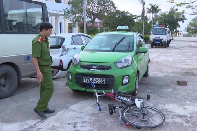 Công an dựng lại hiện trường vụ tai nạn. Ảnh: Ngô Quang Văn