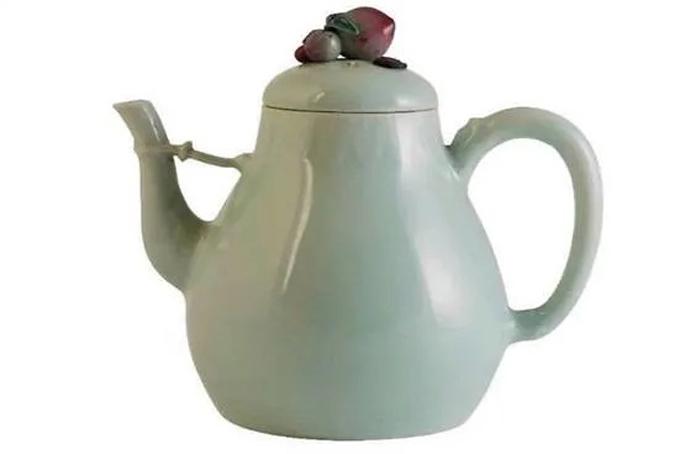Ấm trà cổ được bán giá 1,3 triệu USD tại phiên đấu giá ở London. Ảnh: CNA.