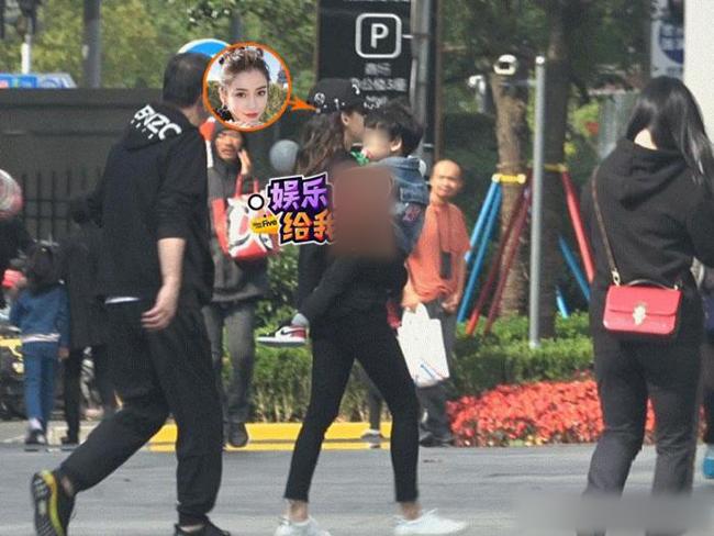 Cánh phóng viên ghi lại hình ảnh Angelababy đưa con trai đi chơi với bố mẹ đẻ của cô hôm 13/11 tại Bắc Kinh. Sau khi bước xuống xe hơi, Angelababy đưa con vào trung tâm thương mại. Ban đầu, cả nhà cùng ăn tối, sau đó vào khu vui chơi trẻ em cho Tiểu Bọt Biển nô nghịch.