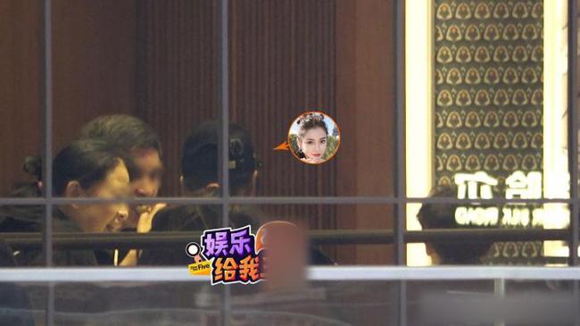 Đã từ lâu, Huỳnh Hiểu Minh không còn xuất hiện trong các bữa ăn của gia đình Anglelababy, dù cả hai phủ nhận hôn nhân trục trặc. Cặp đôi được cho là đang ly thân. Hôm 13/11 là sinh nhật Huỳnh Hiểu Minh, Angelababy chủ động vào Weibo chúc mừng và nhận được hồi đáp của ông xã: Cảm ơn bà xã. Mặc dù cả hai có tương tác trên mạng xã hội, nhưng nhiều người cho rằng sự tương tác này có chút gì đó giả.