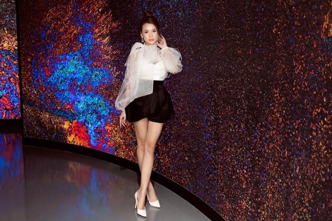 Nữ diễn viên phối trang phục trắng đen, tôn dáng vẻ thon gọn.