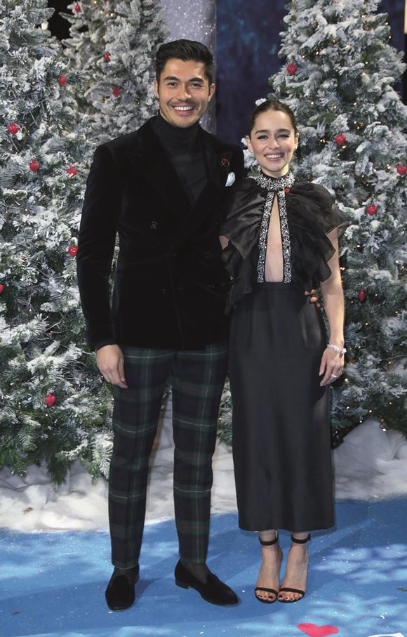 Emilia Clarke sánh vai bạn trai màn ảnh Henry Golding tron sự kiện hôm 11/11.
