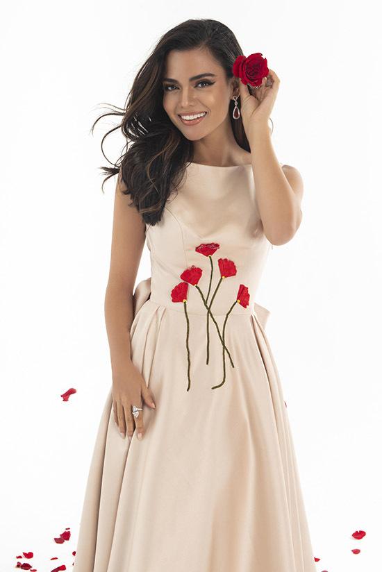 Hoạ tiết những đoá hoa đỏ rực là điểm nhấn xuyên suốt bộ sưu tập Red flower- Sắc hoa đỏ. Trang phục thích hợp mặc dự các buổi tiệc nhẹ hoặc dạo phố.