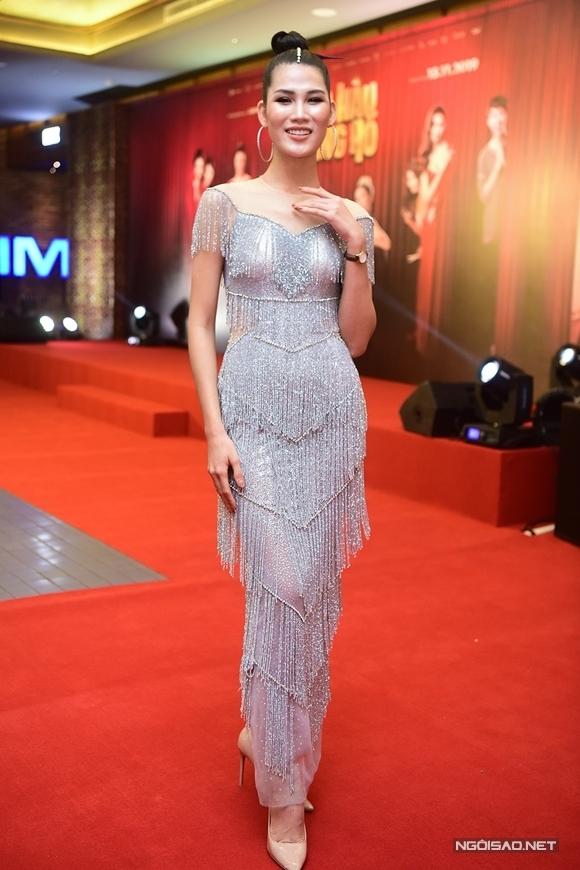 Người mẫu Ngọc Anh đóng vai thí sinh khai gian tuổi và thi sắc đẹp suốt nhiều năm.