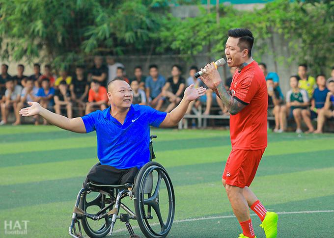 Tuấn Hưng biểu diễn bên cạnh VĐV khuyết tật Phạm Hồng Thức trên sân bóng Hữu Bằng.