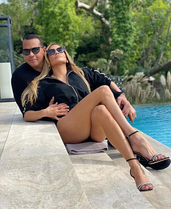 Jennifer Lopez và Alex tạo dáng bên hồ bơi trong biệt thự 28 triệu USD của Jennifer ở Los Angeles. Cặp sao mặc ton sur ton, tay đan tay tình tứ.