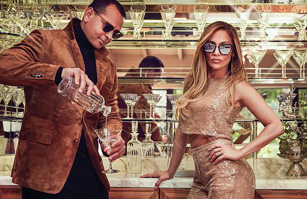 Trong một bức ảnh bên quầy bar, J.Lo để lộ nhẫn kim cương lớn - món quà đính hôn của Alex Rodriguez.