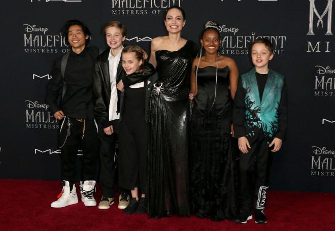 Jolie và các con trên thảm đỏ lễ ra mắt phim Maleficent. Ảnh: AP.