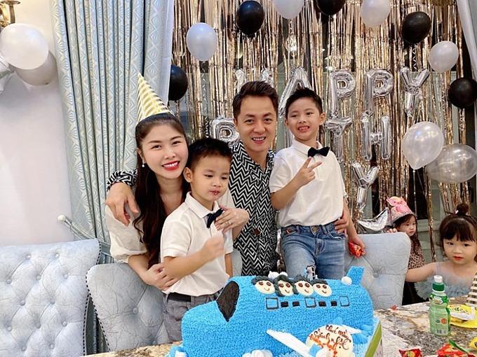 Thủy Anh - Đăng Khôi hạnh phúc bên hai con.