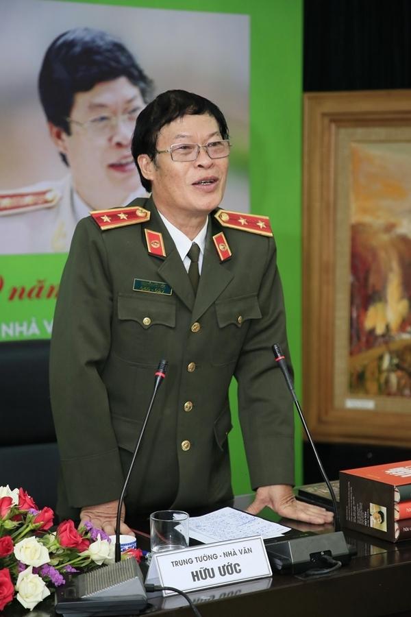 Trung tướng Hữu Ước tại họp báo giới thiệu đêm họa - nhạc - thơ hôm 13/11.