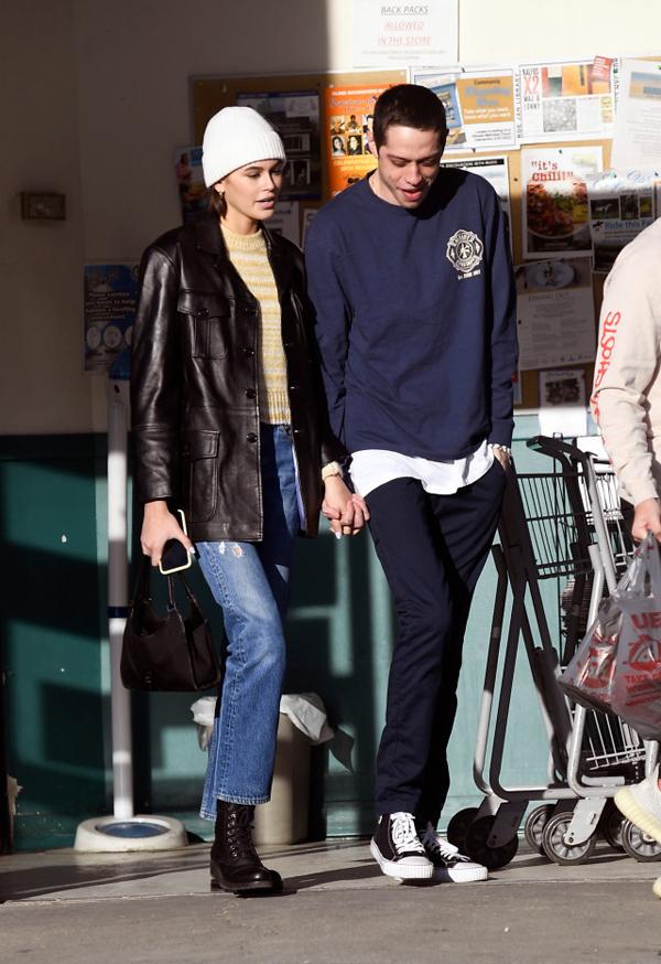 Kaia và Pete bên ngoài một siêu thị.