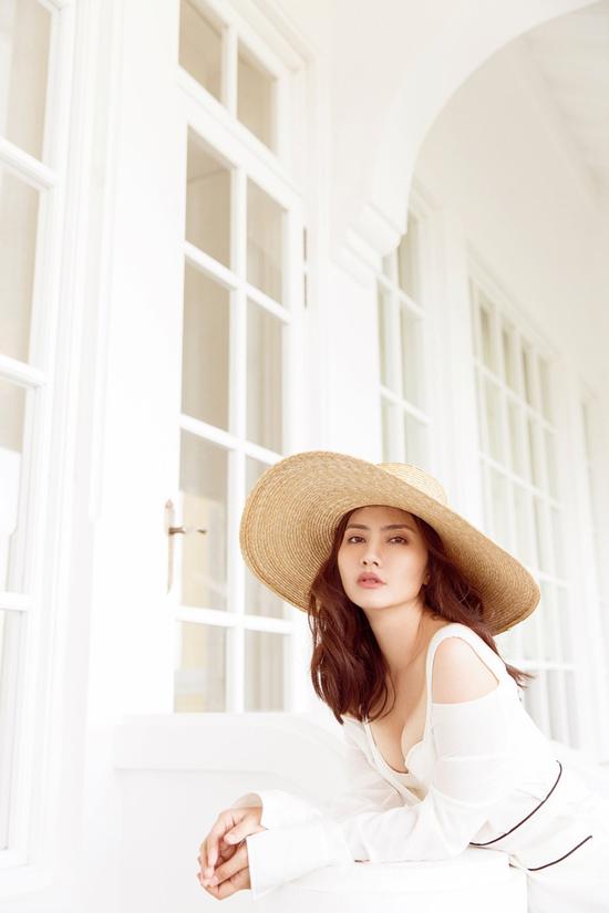 Váy hai dây đồng điệu sắc màu nội y giúp kiều nữ của màn ảnh Việt tôn vòng 1 gợi cảm.