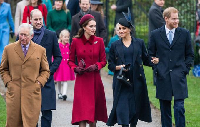Vợ chồng William - Kate cùng vợ chồng Harry - Meghan và Thái tử Charles đi dự lễ nhà thờ tại Sandringham vào Giáng sinh năm 2018. Ảnh: AP.