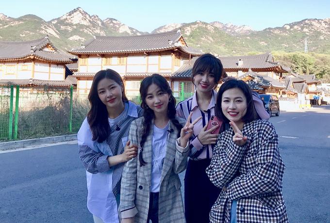 [Caption] Show truyền hình W-Mate phiên bản Việt là câu chuyện được viết bởi chuyến  đi tham quan của những người bạn Hàn Quốc - Việt Nam. Khác với W-Mate  phiên bản Trung khi chỉ là chuyến tham quan Hàn Quốc của những nổi tiếng  Trung Quốc, W-Mate phiên bản Việt là hành trình khám phá du lịch được thực  hiện tại cả Việt Nam và Hàn Quốc.  Các đại sứ du lịch của mỗi nước sẽ cùng chia sẻ những địa điểm thú vị, đặc  sắc, địa chỉ làm đẹp uy tín cũng như những quán ăn ngon ở cả Việt Nam lẫn  Hàn Quốc. Đây là cơ hội để các thành viên tìm hiểu văn hóa thành thị được  giới trẻ hai nước yêu thích.