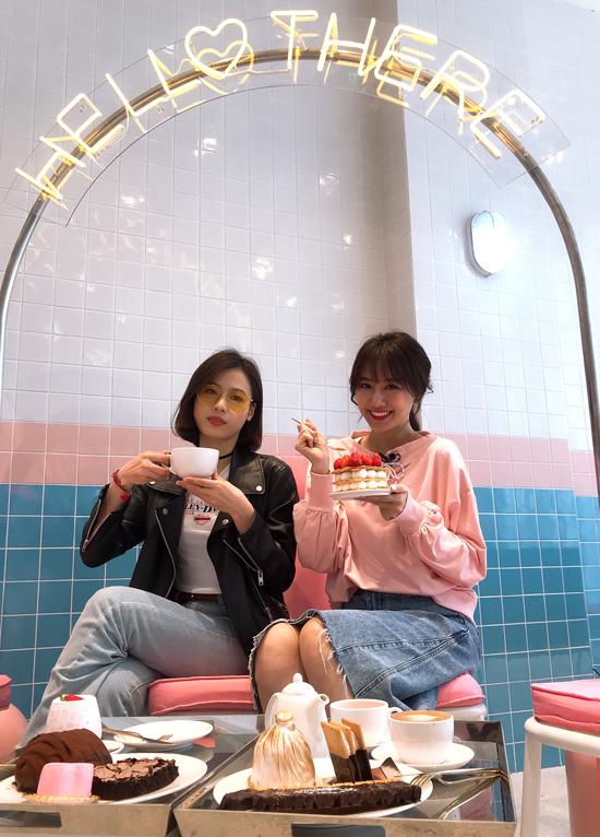 [Caption] Chính vì thế, Hari Won thừa nhận cô không thể rành rẽ hết các địa điểm giải  trí, ăn uống nổi bật của giới trẻ Hàn Quốc bằng các bạn bản xứ. Khi đến đây,  cô phải nhờ đến sự hướng dẫn của hai idol Hàn Quốc là nữ diễn viên xinh đẹp  Park Hana và thành viên nhóm nhạc Elris - Yu Kyung.