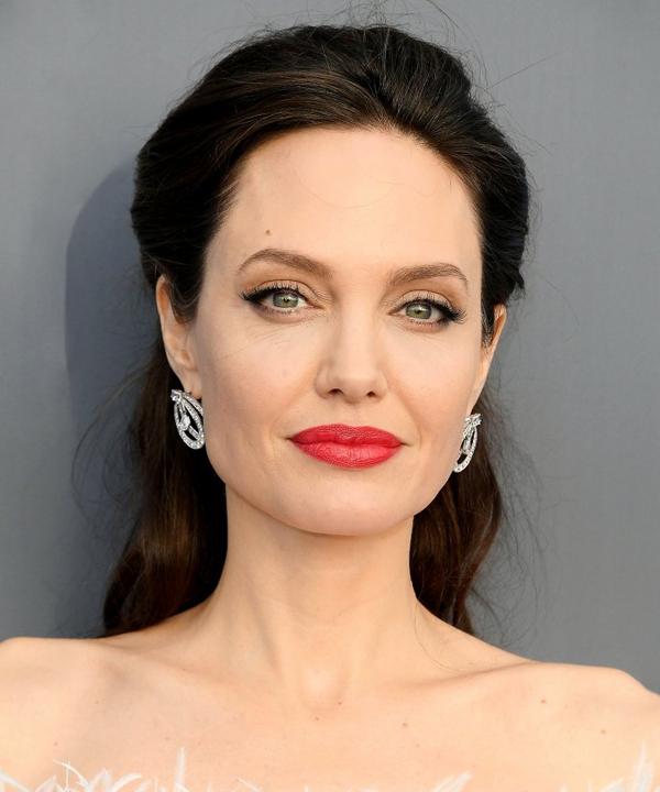 Nếu bạn có nước da trắng và sắc thái da hồng như Angelina Jolie, màu tóc trầm sẽ khiến bạn rạng rỡ và nổi bật.