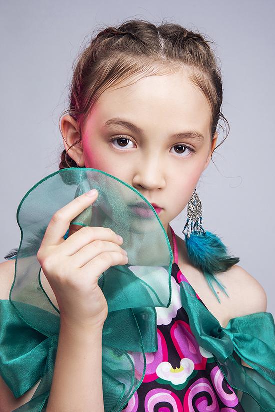 Sau thời gian học tập và sinh hoạt tại câu lạc bộ mẫu nhí, Elizabeth ngày càng thể hiện sự tự tin và chuyên nghiệp khi chụp ảnh thời trang.