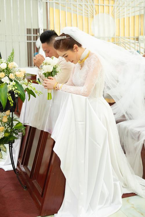 Tôi không trang điểm đậm cho cô dâu, tránh tạo cảm giác dày phấn. Việc trang điểm diễn ra trong khoảng 1,5 tiếng đồng hồ, Mon Quân Phạm cho hay.
