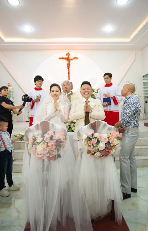 Sáng 15/11, ca sĩ Bảo Thy và chồng doanh nhân Phan Lĩnh đã cử hành hôn lễ ở nhà thờ.