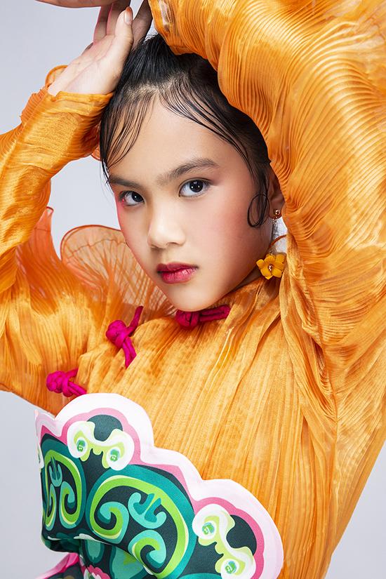 Bộ ảnh được thực hiện với sự hỗ trợ của nhiếp ảnh Kiếng Cận, stylistDaniel Đạt, trang phụcThủy Nguyễn trang điểm và làm tóc Tùng Châu, trợ lýHạnh Nguyên -Mẫn Ni.