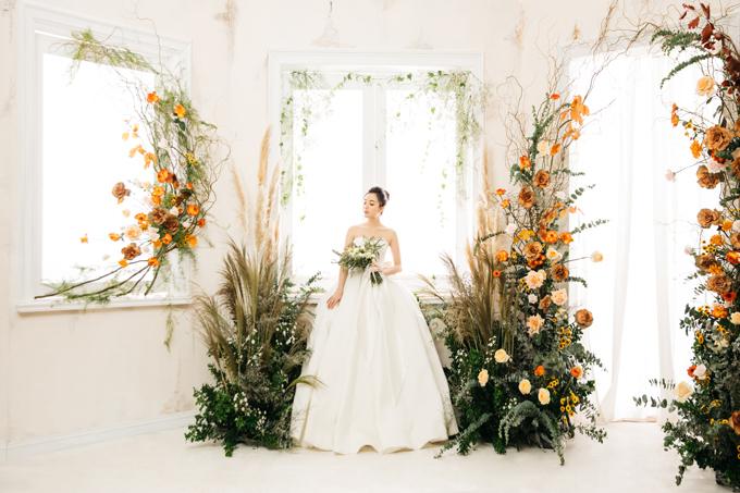 Các loại hoa mà ekip trang trí sử dụng để tô điểm cho không gian chụp hình gồm nhiều loại hoa ngoại nhập: hồng Ecuador Silantoi, orange crush, high and happy, shimmer và cỏ lau. 100% hoa cỏ được sử dụng để trang trí đều là hoa tươi.