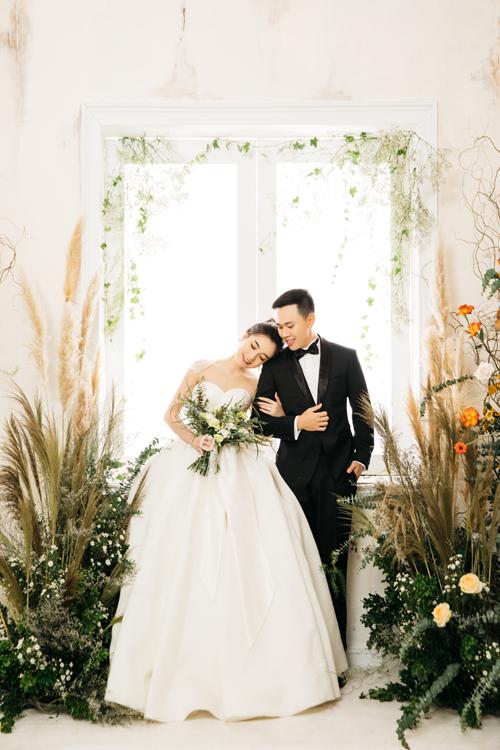 Ý tưởng của bộ ảnh được thảo luận kỹ càng giữa cô dâu và ekip. Cuối cùng, cô dâu chú rể đã chọn lựa tông màu hoàng hôn - đỏ camvà bối cảnh được trang trí bởi hoa tươi cho bộ hình.