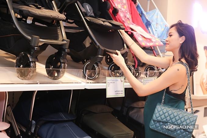 Chuẩn bị lâm bồn trong vài ngày tới, Phương Mai tranh thủ mua sắm thêm một số vật dụng cần thiết.