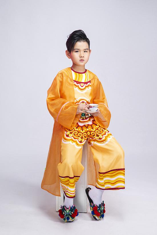 Hot boy nhí Huỳnh Phong Vinh diện trang phục lấy cảm hứng từ cung đình với tông vàng hoàng kim và hoạ tiết rồng.