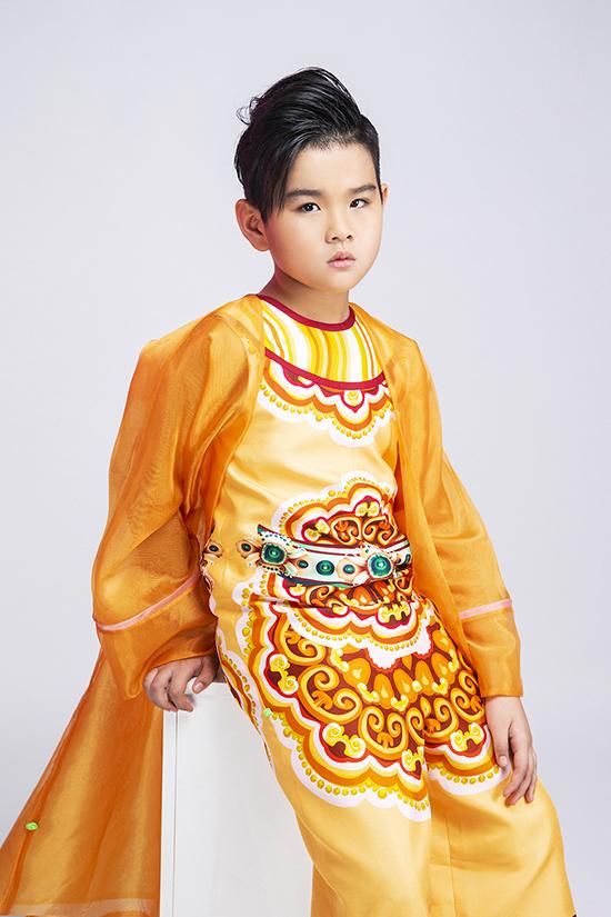 Nét đáng yêu cùng phong cách chuyên nghiệp giúp Phong Vinh là gương mặt được nhiều nhà thiết kế chọn trình diễn các bộ sưu tập.