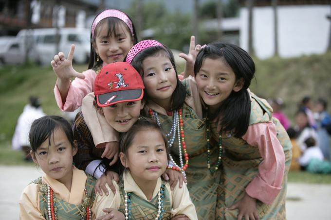 Những bé gái Bhutan hồn nhiên, hiếu khách.