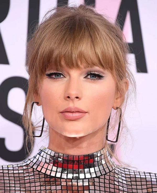 Làn da tông lạnh của Taylor Swift cho phép cô thoải mái thử nghiệm nhiều màu tóc, đặc biệt là những màu ánh bạch kim.
