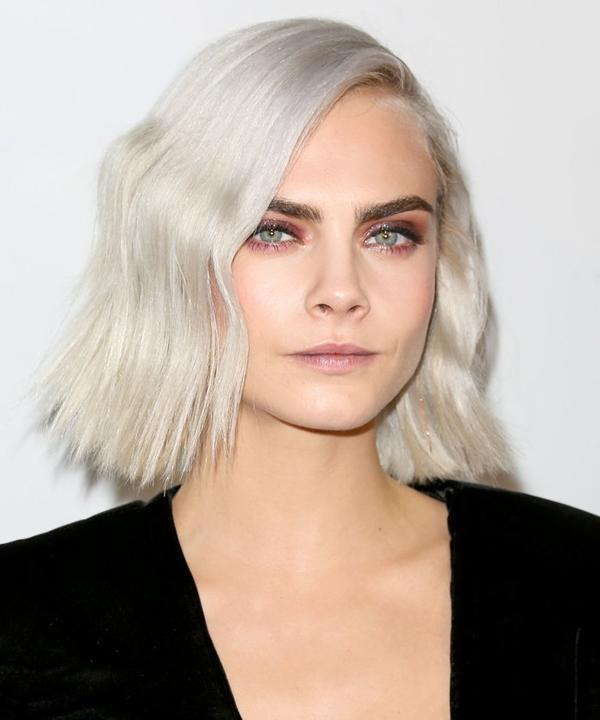 Cara Delevingne sở hữu làn da olive nhưng không ngại trải nghiệm nhiều màu tóc khác nhau. Mái tóc ngắn bob trắng bạch kim nổi bật trên nền da khỏe của cô nàng.