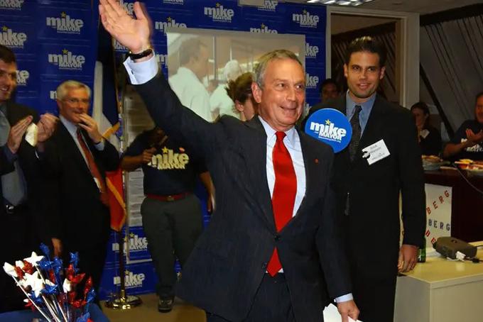 Năm 2001, ông gia nhập chính trường và tranh cử chức thị trường thành phố New York và đắc cử vài tuần sau vụ tấn công khủng bố ngày 11/9. Trong suốt 12 năm đảm nhiệm vị trí này, Bloomberg - đã là một tỷ phú - chỉ nhận 1 USD/năm, từ chối mức lương tổng cộng 2,7 triệu USD cho các nhiệm kỳ của mình, theo tờ New York Times. Thay vào đó, ông thậm chí còn chi tiền cá nhân trong suốt các nhiệm kỳ của mình, bao gồm gần 6 triệu USD cho việc di chuyển bằng máy bay riêng, theo tờ Times.