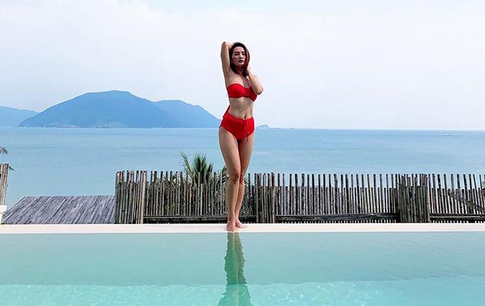 Bảo Thanh khoe dáng với bikini bên hồ bơi.