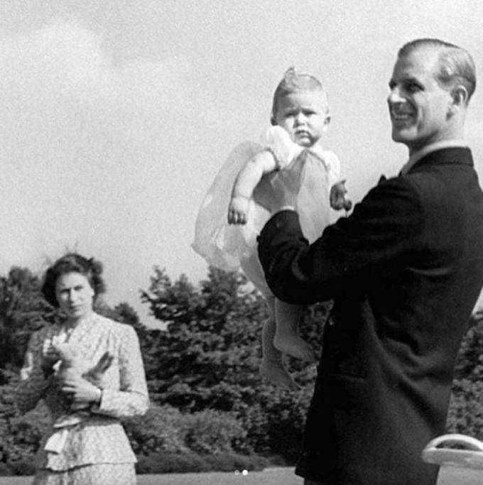 Nữ hoàng Elizabeth II, Hoàng thân Philip và Thái tử Charlesnăm 1949. Ảnh: Instagram.