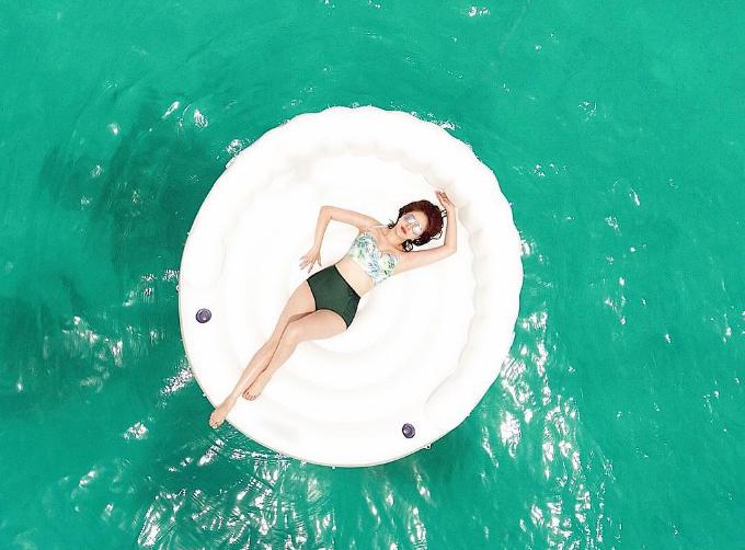 Vui chơi không quên nhiệm vụ sống ảo, Bảo Thy kỳ công thực biện bức ảnh trôi giữa biển. Cô cho biết: Để có được tấm ảnh này, Thy đã phải phơi nắng 30 phút, dưới biểnsâu 3 mét. Chụp xong 4-5 người bơi ra kéo phao vào,rất chịu khó.