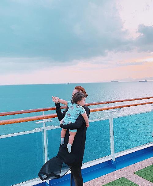 Chuyến đi không thể thiếu thành viên đặc biệt - cháu gái cưng của Bảo Thy. Những ngàylênh đênh trên biển cảm giác tự do thoải mái biết bao nhiêu, cô viết.