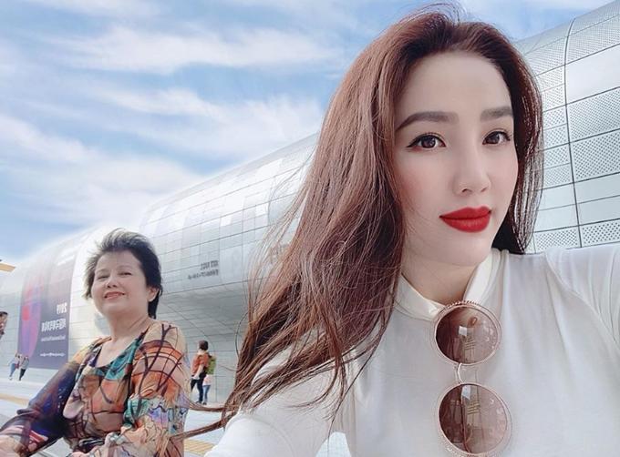 Tháng 9 năm nay, trước khi lên xe hoa về nhà chồng, Bảo Thy cùng mẹ tới Hàn Quốc tận hưởng mùa thu. Cô tiết lộ, nhiều tấm ảnh xuất thần của mình do chính mẹ làm phó nháy. Hai mẹ con nữ ca sĩ ghé thăm trung tâmDongdaemun History & Culture Park Station nổi tiếng ở Seoul.