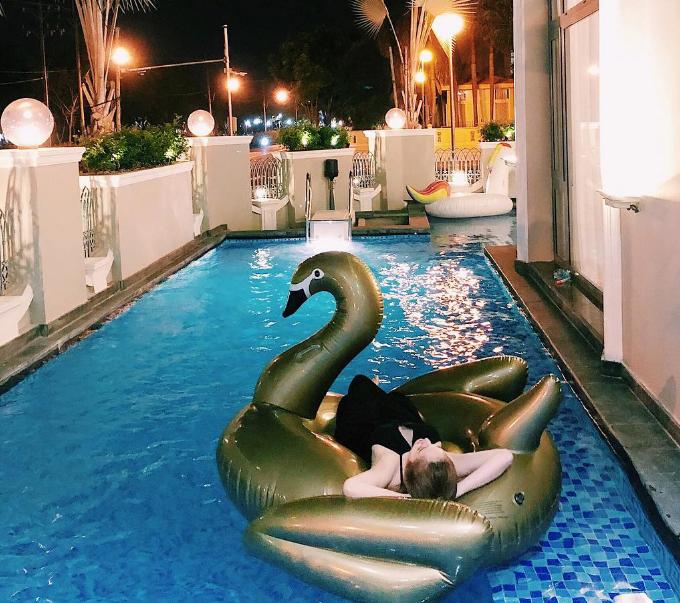 Khi không có thời gian đi chơixa thì nghỉ ngơi trong chính tư gia của mình cũng là lựa chọn lý tưởng của nàng công chúa bong bóng. Tòa biệt thự có một bể bơi ngoài trời khá rộng - nơi các thành viên trong nhà thường thư giãn cùng nhau.