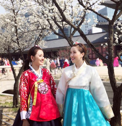 Bảo Thy diện hanbok, hóa thân thành nàng Dae Jang Geum dưới tán hoa anh đào trắng muốt. Cô cũng chia sẻ tên studio mà mình thuê trang phục và make up. Rất nhiều du khách đến Seoul ưa chuộng dịch vụ này. Đặc biệt, nếu diện hanbok, bạn được miễn phí vào cửa ở cung điệnGyeongbokgung.