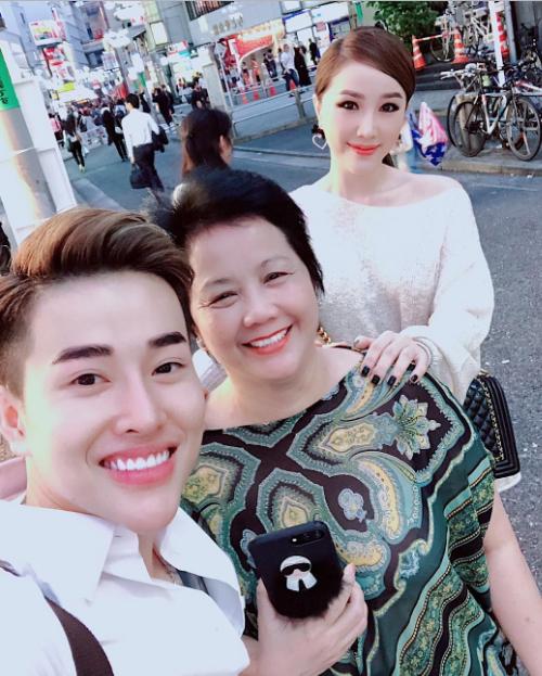 Mẹ cũng chính là một người bạn đồng hành trong nhiều chuyến đi của giọng ca Ngôi nhà hoa hồng. Tháng 5/2018, Bảo Thy dẫn mẹ tới Shibuya - ngã sáu thần thánh trong truyền thuyết ở thủ đô Tokyo. Cô nàng không quên tận dụng khung cảnh nhộn nhịp và lung linhcủa con đườngthành background của nhiều tấm ảnh.